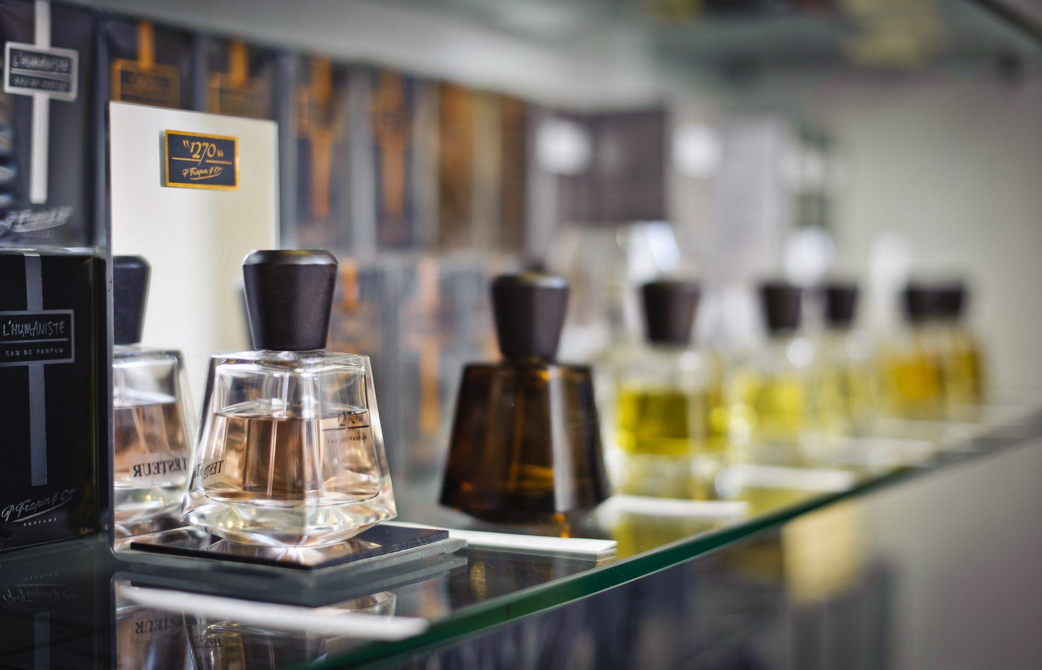 استفاده از پارافین مایع بی رنگ و بو در عطر و ادکلن باعث بالا رفتن ماندگاری بوی عطر می شود.